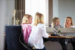 Δύο κορίτσια που παίζουν με το κόσμημα και αποτελούν Στοκ φωτογραφία με δικαίωμα ελεύθερης χρήσης