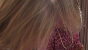 Δύο κορίτσια που παίζουν με το κόσμημα στην κρεβατοκάμαρα γονέων απόθεμα βίντεο