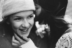 Δύο κορίτσια που παίζουν στην οδό από κοινού Στοκ Φωτογραφία