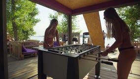 Δύο κορίτσια που παίζουν το επιτραπέζιο ποδόσφαιρο φιλμ μικρού μήκους