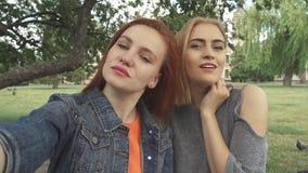 Δύο κορίτσια που παίρνουν ένα selfie υπαίθρια απόθεμα βίντεο