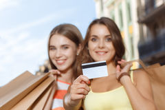 Δύο κορίτσια που περπατούν στην πόλη κατά τη διάρκεια των αγορών Στοκ Εικόνες