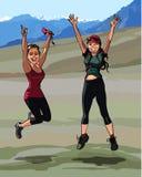 Δύο κορίτσια που πηδούν ευτυχώς σε ένα υπόβαθρο των βουνών Στοκ φωτογραφία με δικαίωμα ελεύθερης χρήσης