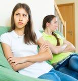 Δύο κορίτσια που προσβάλλονται ο ένας στον άλλο Στοκ εικόνες με δικαίωμα ελεύθερης χρήσης
