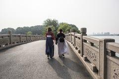 Δύο κορίτσια που φορούν τον αρχαίο περίπατο κοστουμιών στο πάρκο λιμνών αρμονίας Στοκ Φωτογραφίες