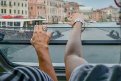 Δύο κορίτσια προσέχουν τη Βενετία από τη βάρκα στοκ φωτογραφία