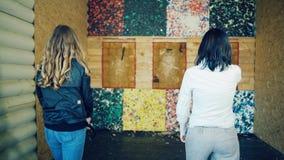 Δύο κορίτσια ρίχνουν τους άξονες στο στόχο φιλμ μικρού μήκους