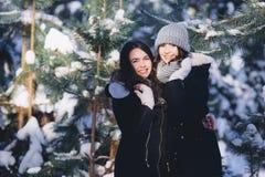 Δύο κορίτσια σε ένα χιονώδες δάσος Στοκ Εικόνες