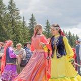 Δύο κορίτσια στα εθνικά ενδύματα χορεύουν στο πρώτο πλάνο στοκ φωτογραφίες με δικαίωμα ελεύθερης χρήσης