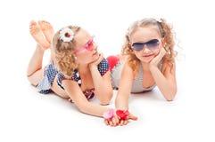Δύο κορίτσια στα κοστούμια λουσίματος Στοκ εικόνες με δικαίωμα ελεύθερης χρήσης