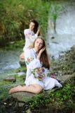 Δύο κορίτσια στα ουκρανικά εθνικά ενδύματα με τα στεφάνια της ροής Στοκ Φωτογραφίες
