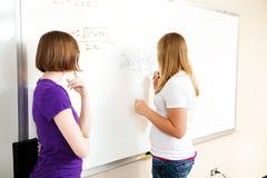 Δύο κορίτσια στην κλάση άλγεβρας Στοκ Φωτογραφία