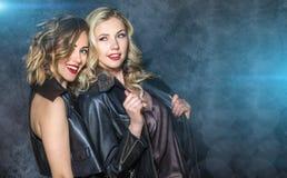 Δύο κορίτσια στην τοποθέτηση σακακιών δέρματος Στοκ Φωτογραφία