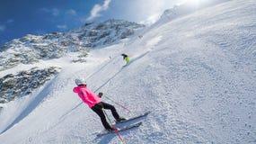 Δύο κορίτσια στις κλίσεις σε Solden Αυστρία τον πλήρη χειμώνα κάνουν σκι εποχή Στοκ Εικόνες