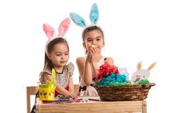 Δύο κορίτσια στον παιδικό σταθμό χρωματίζουν τα αυγά Πάσχας Στοκ φωτογραφία με δικαίωμα ελεύθερης χρήσης