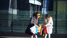 Δύο κορίτσια συζητούν τις αγορές απόθεμα βίντεο