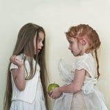 Δύο κορίτσια συμπαθούν τους αγγέλους Στοκ φωτογραφία με δικαίωμα ελεύθερης χρήσης