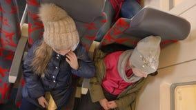 Δύο κορίτσια ταξιδεύουν με το τραίνο φιλμ μικρού μήκους