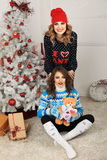 Δύο κορίτσια φίλων δίνουν το παρόν Στοκ Εικόνες