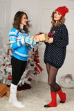 Δύο κορίτσια φίλων δίνουν το παρόν Στοκ Φωτογραφία