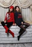 Δύο κορίτσια φίλων στα πουλόβερ Στοκ Εικόνες