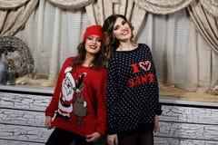 Δύο κορίτσια φίλων στα πουλόβερ Στοκ Φωτογραφίες