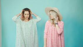 Δύο κορίτσια φωτογραφίζονται στο στούντιο και περνούν καλά από κοινού απόθεμα βίντεο