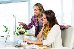 Δύο κορίτσια χρησιμοποιούν έναν υπολογιστή στοκ φωτογραφία με δικαίωμα ελεύθερης χρήσης