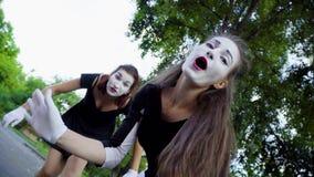 Δύο κορίτσια mimes μιμούνται το φλερτ στη κάμερα απόθεμα βίντεο