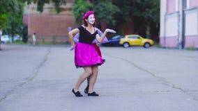 Δύο κορίτσια mimes παρουσιάζονται στην οδό φιλμ μικρού μήκους