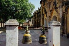 Δύο κουδούνια έξω από μια παλαιά παγόδα ναών σε Bagan το Μιανμάρ Βιρμανία Στοκ εικόνα με δικαίωμα ελεύθερης χρήσης