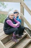 Δύο κουρασμένα παιδιά που έχουν το υπόλοιπο Στοκ φωτογραφία με δικαίωμα ελεύθερης χρήσης
