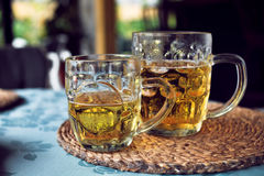 Δύο κούπες της μπύρας στον άνετο καφέ παραλιών Στοκ Εικόνα