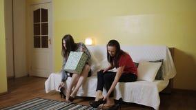 Δύο κούρασαν επιστρεφόμενο το γυναίκες σπίτι και με την ανακούφιση έβγαλαν τα παπούτσια της που κάθισαν στον καναπέ απόθεμα βίντεο