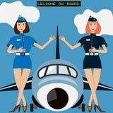 Δύο κυρίες αέρα της αεροσυνοδού πτήσης καλωσορίζουν μέσα από των μεγάλου αεροσκαφών ή του αεροπλάνου ελεύθερη απεικόνιση δικαιώματος
