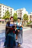 Δύο κυρίες στο κοστούμι με τα πυροβόλα όπλα Στοκ Φωτογραφία