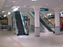 Δύο κυλιόμενες σκάλες σε μια λεωφόρο αγορών. Στοκ εικόνες με δικαίωμα ελεύθερης χρήσης
