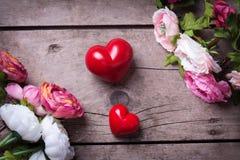 Δύο κόκκινα διακοσμητικά καρδιές και λουλούδια Στοκ εικόνα με δικαίωμα ελεύθερης χρήσης