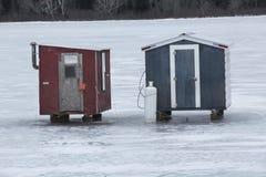 Δύο κόκκινα και γκρίζα καταφύγια αλιείας πάγου, Errol, Νιού Χάμσαιρ Στοκ Εικόνα