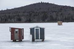 Δύο κόκκινα και γκρίζα καταφύγια αλιείας πάγου, Errol, Νιού Χάμσαιρ Στοκ εικόνα με δικαίωμα ελεύθερης χρήσης