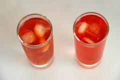 Δύο κόκκινα κοκτέιλ με τον πάγο Στοκ εικόνα με δικαίωμα ελεύθερης χρήσης