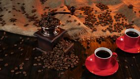 Δύο κόκκινα φλυτζάνια με το μαύρο καφέ στον ξύλινο πίνακα απόθεμα βίντεο