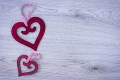 Δύο κόκκινες καρδιές με ένα τόξο στοκ εικόνες