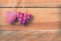 Δύο κόκκινες καρδιές υφάσματος στο παλαιό ξύλινο υπόβαθρο Στοκ φωτογραφία με δικαίωμα ελεύθερης χρήσης