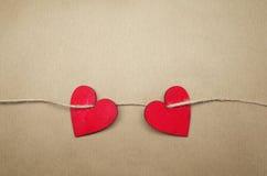 Δύο κόκκινες καρδιές σε καφετί χαρτί στοκ εικόνα με δικαίωμα ελεύθερης χρήσης