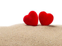 Δύο κόκκινες καρδιές στην άμμο σε ένα λευκό Στοκ φωτογραφία με δικαίωμα ελεύθερης χρήσης