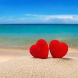 Δύο κόκκινες καρδιές στην άμμο στοκ εικόνες