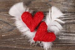 Δύο κόκκινες καρδιές στο ξύλινο υπόβαθρο Στοκ εικόνα με δικαίωμα ελεύθερης χρήσης