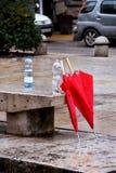 Δύο κόκκινες ομπρέλες στη βροχερή οδό Στοκ φωτογραφία με δικαίωμα ελεύθερης χρήσης