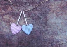 Δύο κόκκινες υφαντικές ρόδινες και μπλε γδυμένες καρδιές στο ξύλινο υπόβαθρο στοκ φωτογραφίες